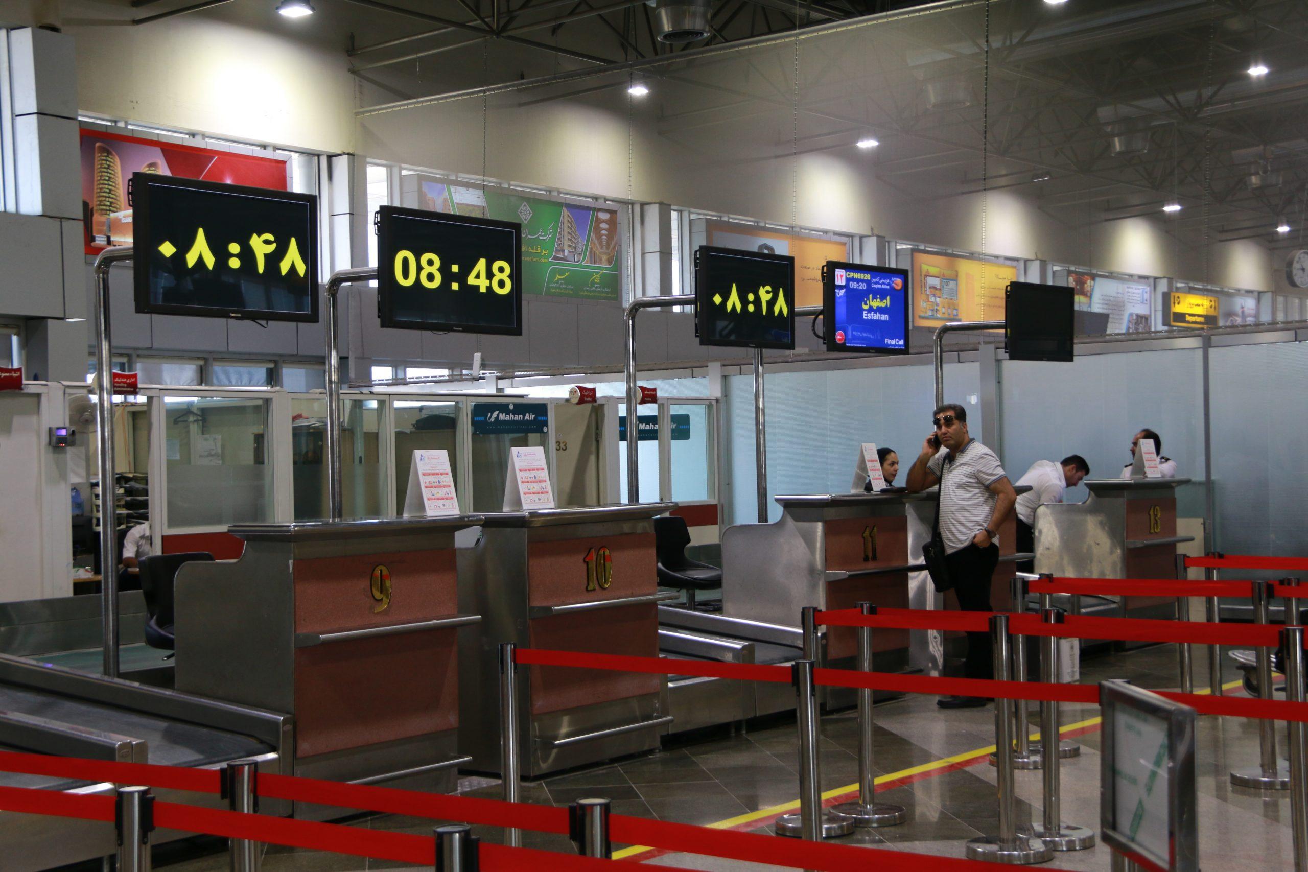 استانداردسازی تبلیغاتی (نصب آگهی در سالن های فرودگاه)